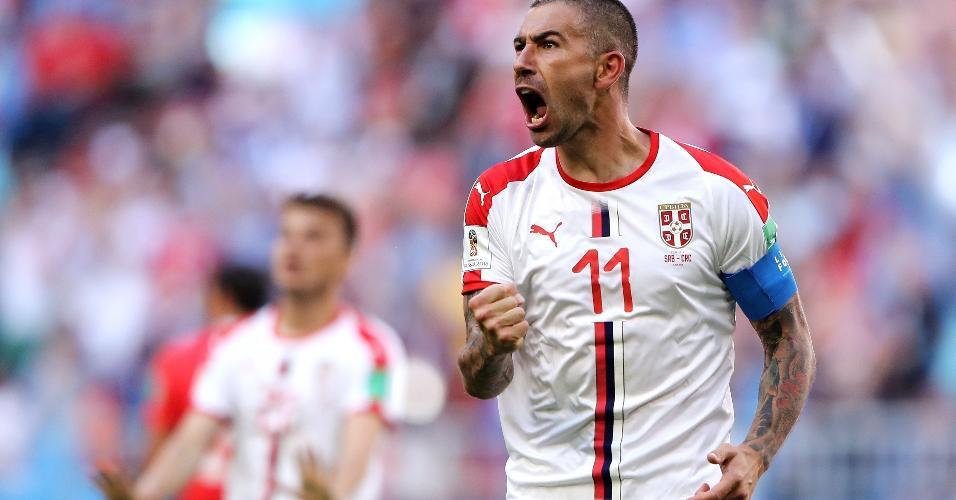 Kolarov celebra o gol marcado em bela cobrança de falta