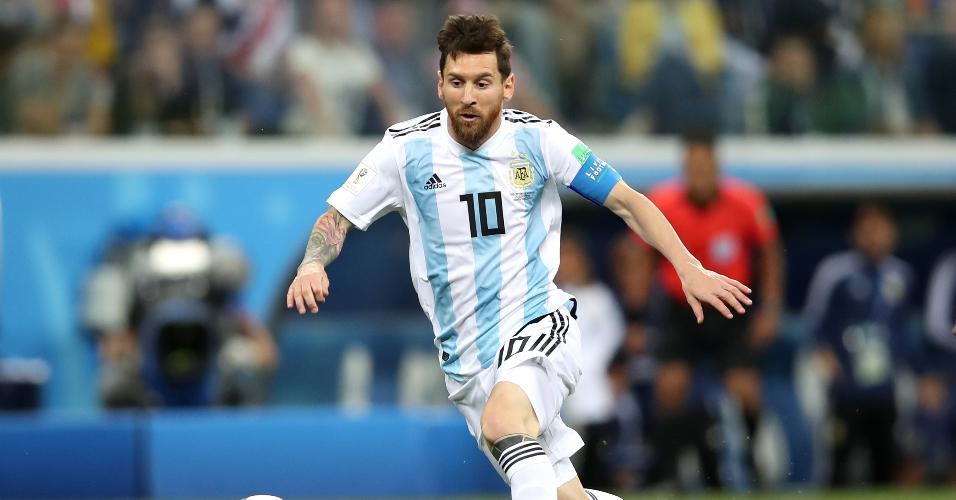 O astro Lionel Messi tenta fazer jogada perigosa para a Argentina em duelo contra a Croácia