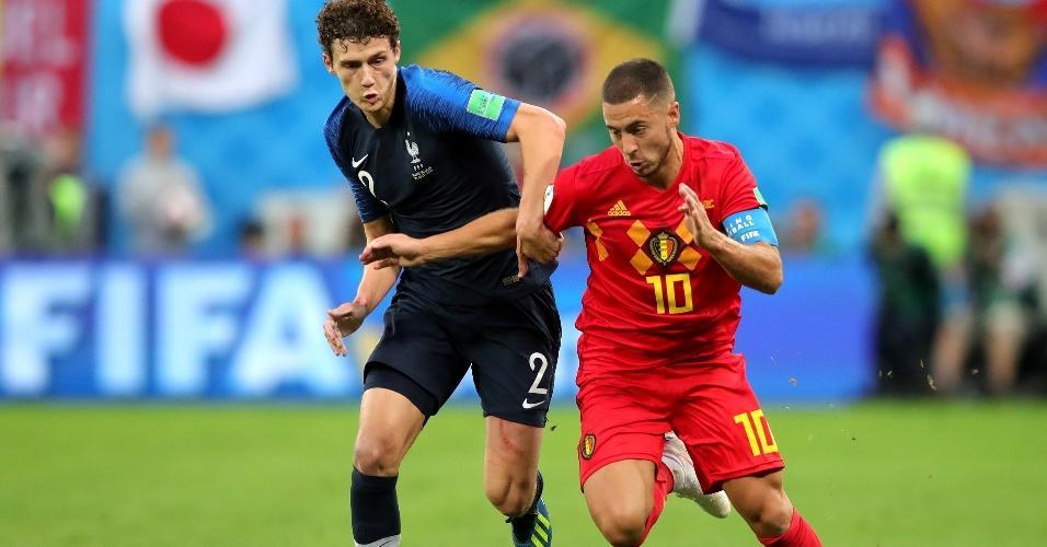 Eden Hazard, da Bélgica, e Benjamin Pavard, da França disputam bola