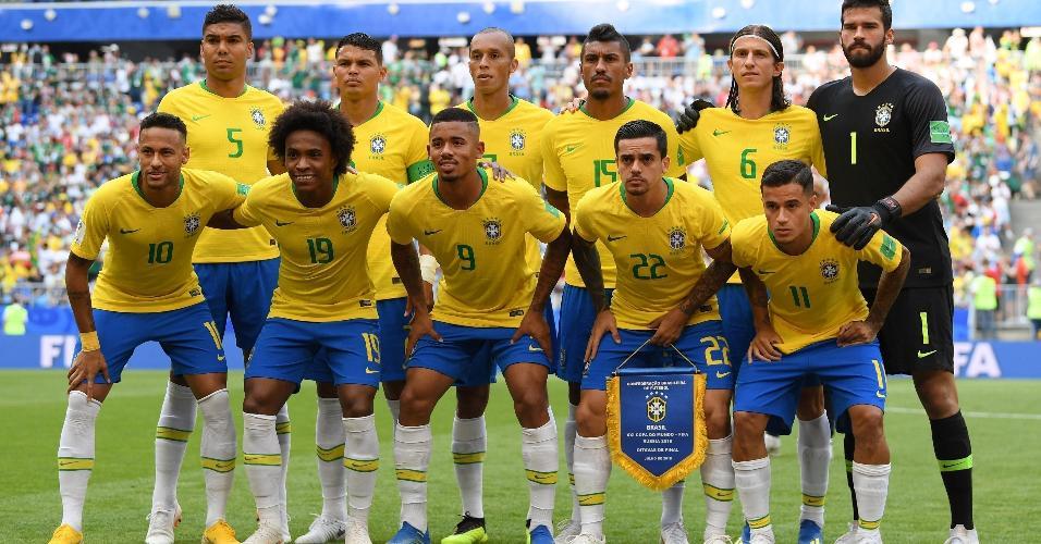 Seleção do Brasil em campo para jogo contra o México