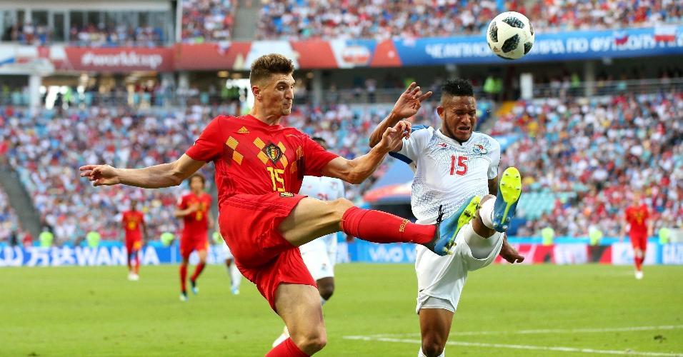 Thomas Meunier, da seleção da Bélgica, disputa bola com Eric David, do Panamá