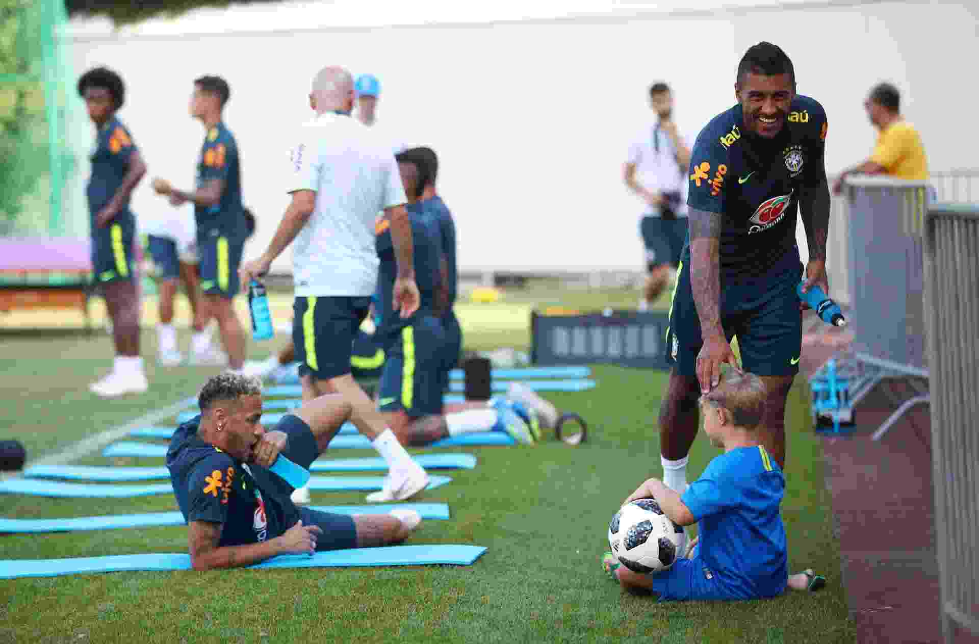 Paulinho brinca com Davi Lucca, filho de Neymar - REUTERS/Hannah McKay