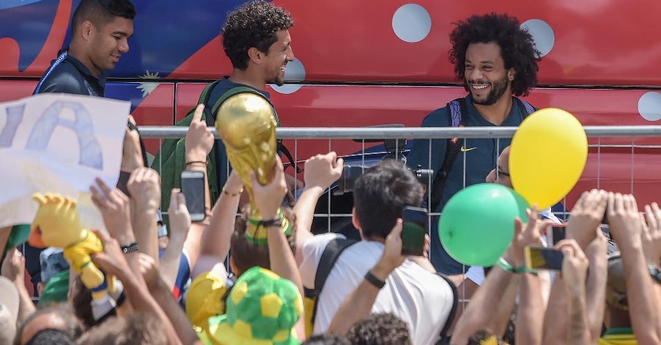 Marcelo , Marquinhos e Casemiro cumprimentam torcedores na chegada ao hotel em Kazan