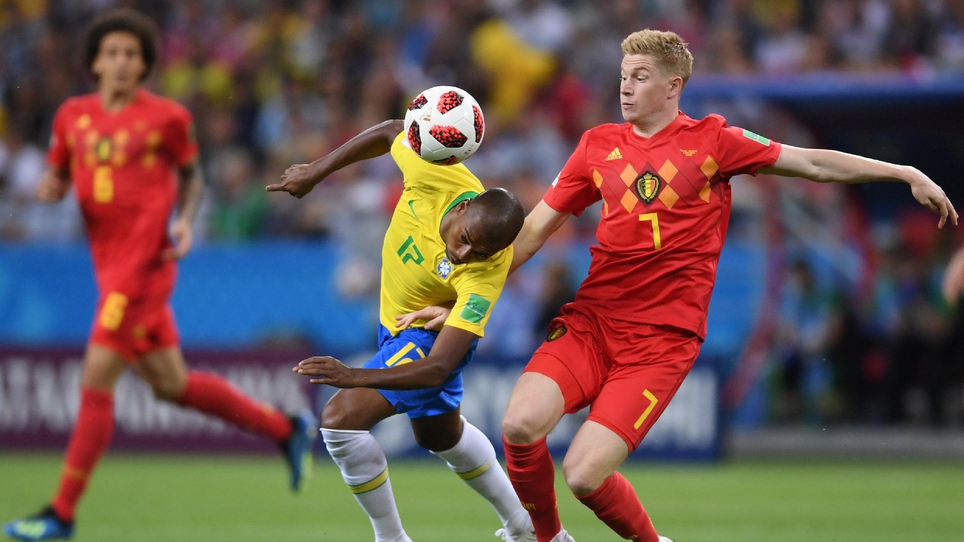 Fernandinho, do Brasil, tenta disputar bola com Kevin De Bruyne, da Bélgica