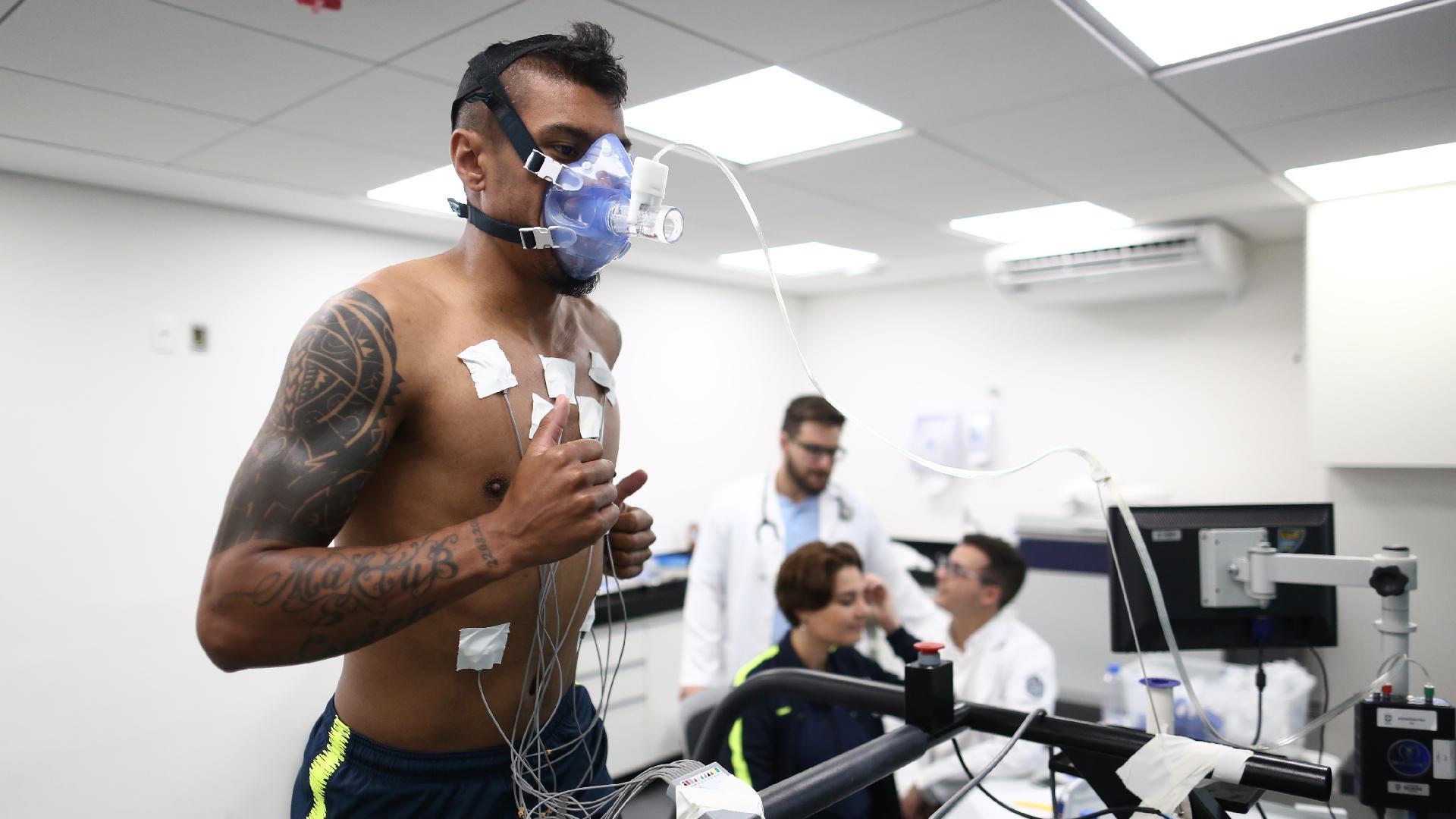 Paulinho passa por teste físico na Granja Comary