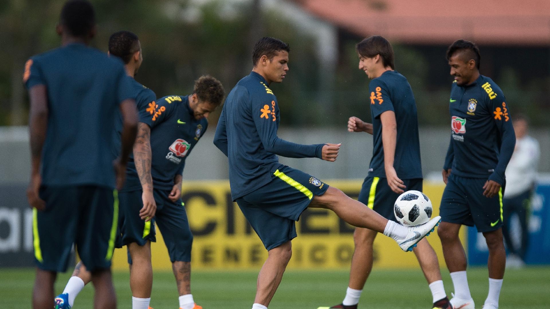 Thiago Silva brinca com a bola durante treino da seleção brasileira