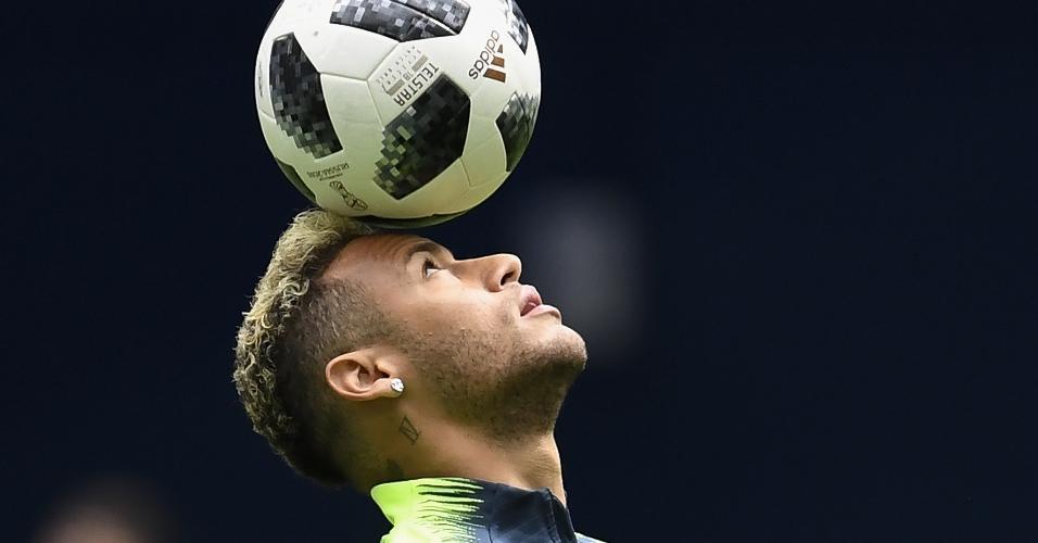 Neymar se aquece em campo para a partida contra a Costa Rica