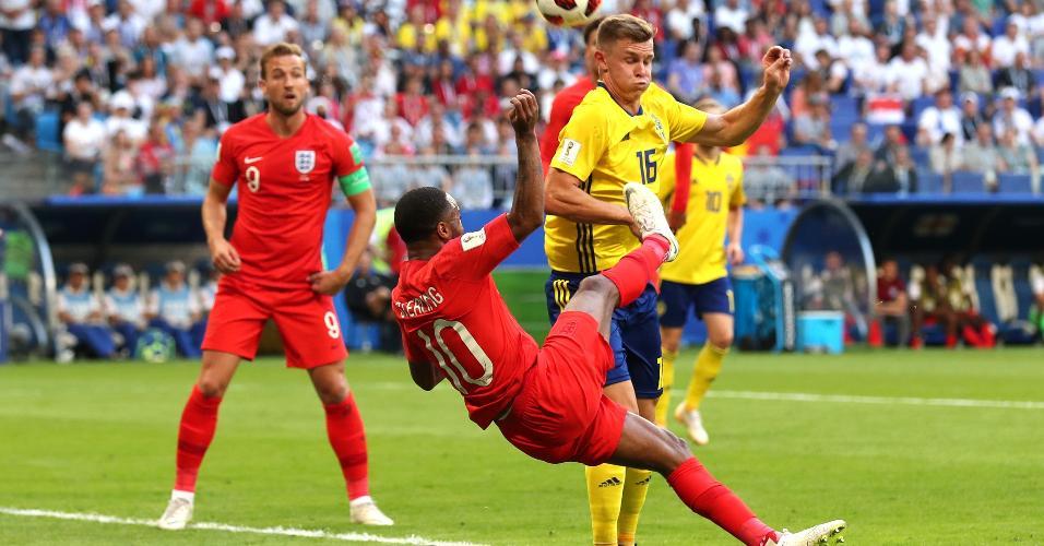 O inglês Raheem Sterling tenta concluir jogada marcado pelo sueco Emil Krafth