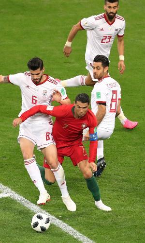 Cristiano Ronaldo sofreu pênalti de Saeid Ezatolahi no jogo entre Irã e Portugal