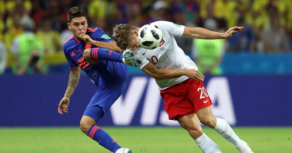 Juan Fernando Quintero e Lukasz Piszczek disputam bola no duelo entre Polônia e Colômbia