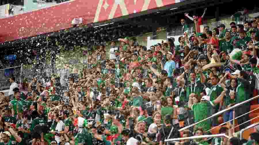Mexicanos arremessaram objetos no gramado durante derrota para a Suécia  - Matthias Hangst/Getty Images