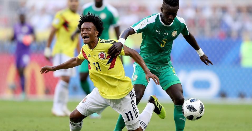 Juan Cuadrado disputa bola com Gana Gueye