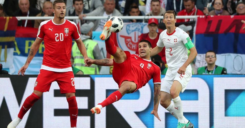 Autor do primeiro gol da Sérvia, Aleksandar Mitrovic tenta chute de bicicleta contra a Suíça