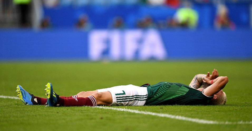Miguel Layun desaba após o gol de Firmino. Brasil venceu o México por 2 a 0