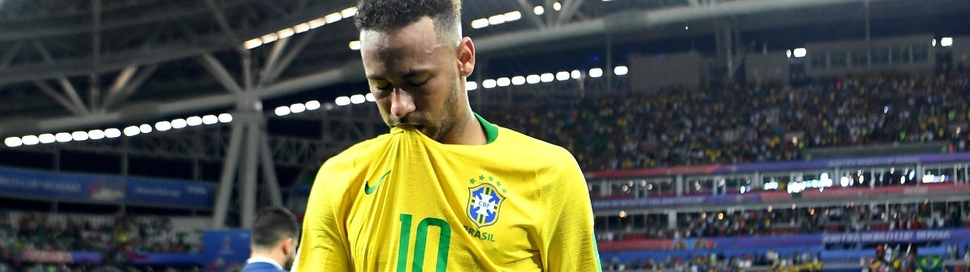 Neymar sai do gramado cabisbaixo após eliminação do Brasil contra a Bélgica