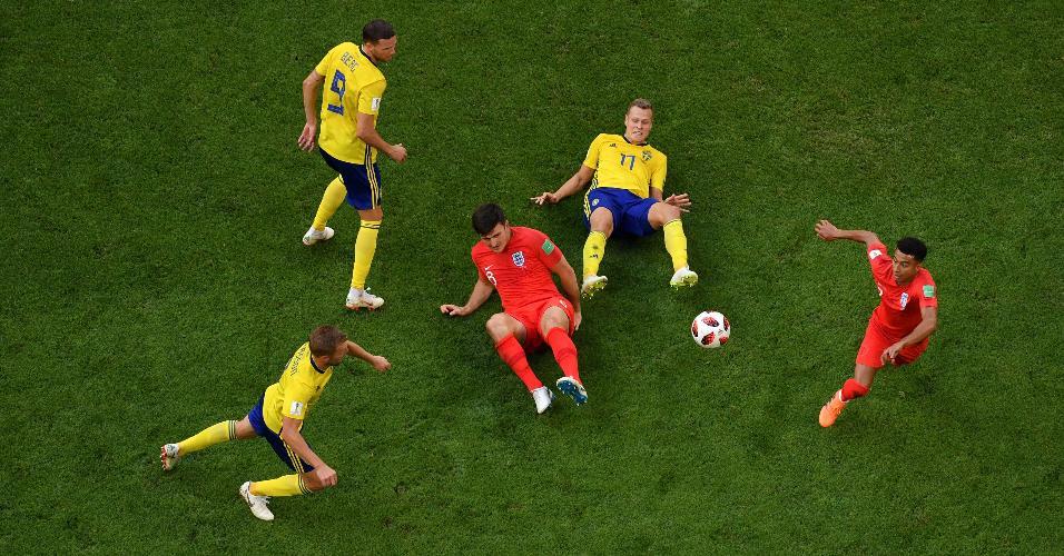 Jogadores de Suécia e Inglaterra disputam lance no jogo entre as equipes