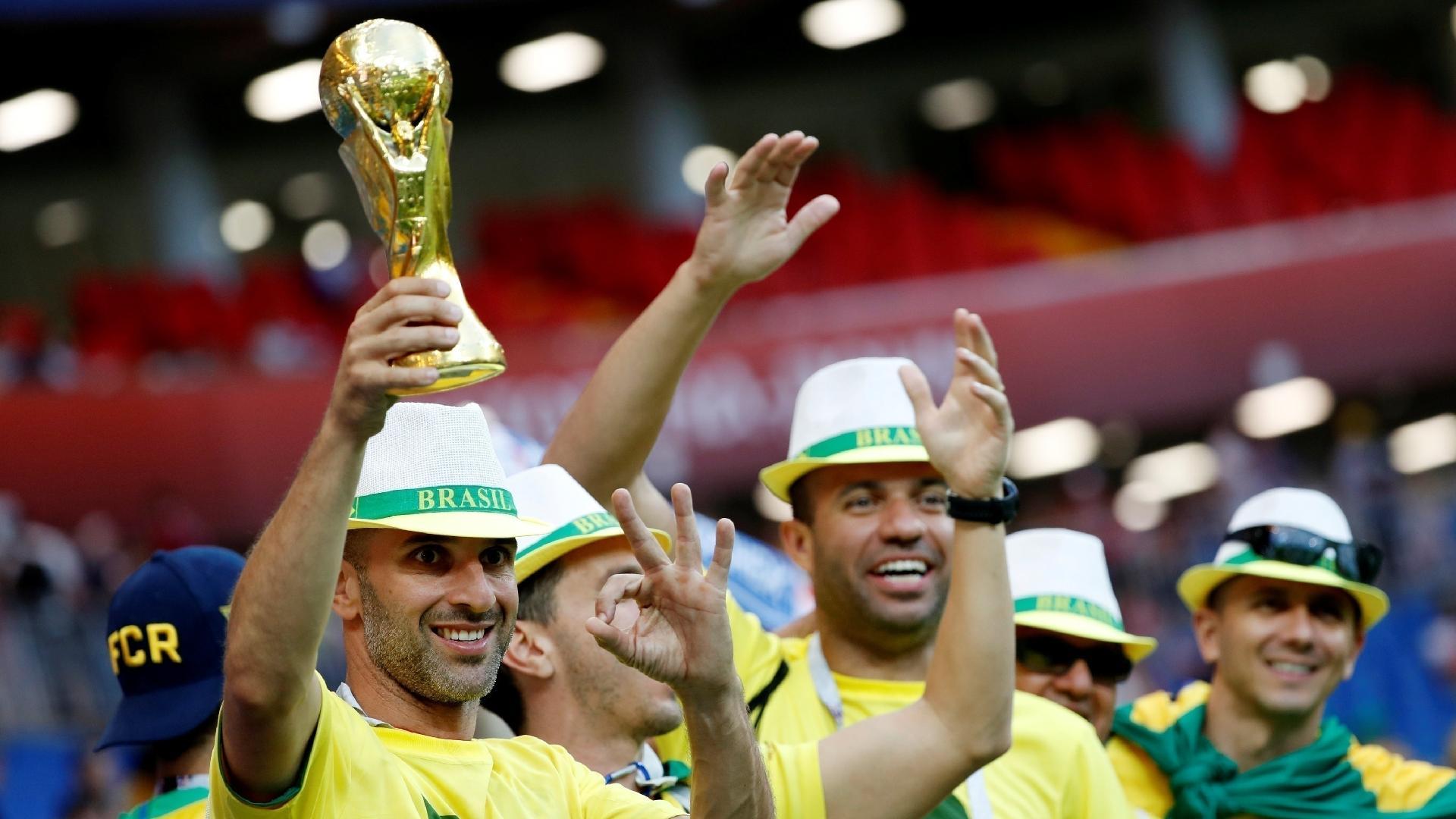 Torcedores exibem taça da Copa do Mundo antes da estreia do Brasil