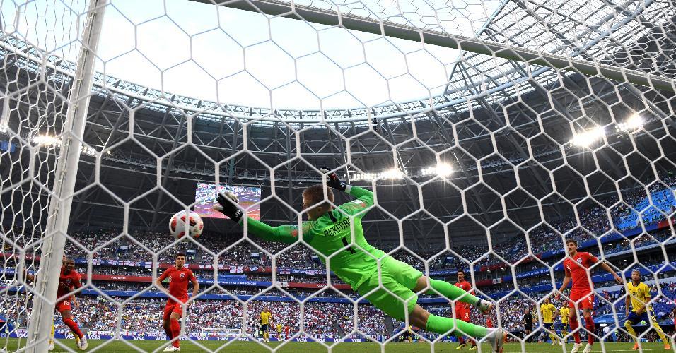 O goleiro da Inglaterra, Jordan Pickford, faz grande defesa em chance da Suécia