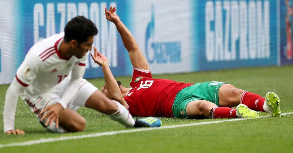 Nordin Amrabat, do Marrocos, caiu e ficou inconsciente no gramado após choque com Vahid Amiri, do Irã