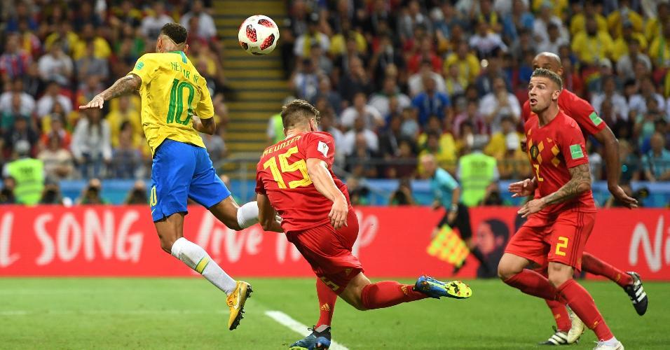 Neymar reclama de pênalti após dividida com Thomas Meunier em Brasil e Bélgica