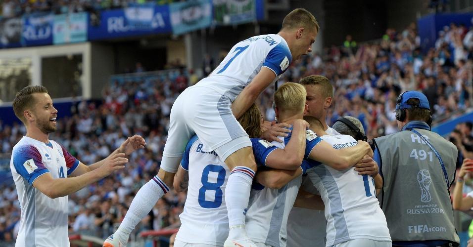 Jogadores da Islândia comemoram gol de empate sobre a Argentina
