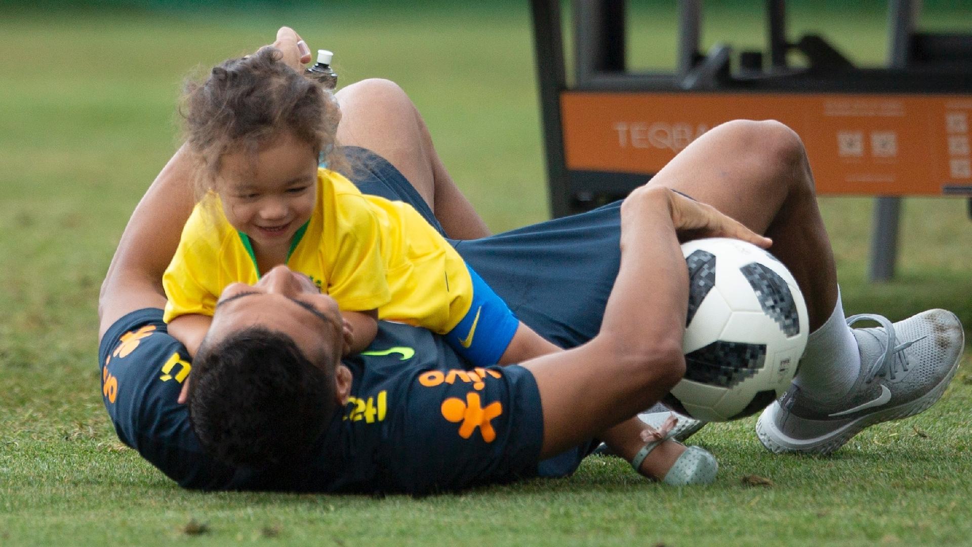 Casemiro brinca com a filha Sara durante treino da seleção