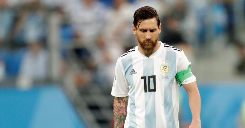Lionel Messi fica cabisbaixo após Argentina sofrer gol da Nigéria