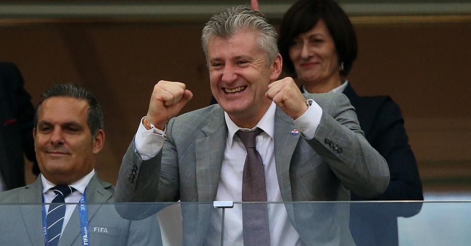 Presidente da Federação Croata de Futebol, o ex-atacante Davor Suker vibra com torcedores durante Croácia e Dinamarca
