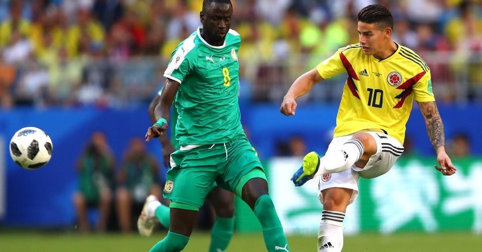 James Rodriguez, da Colômbia, é pressionado por Cheikhou Kouyate, de Senegal
