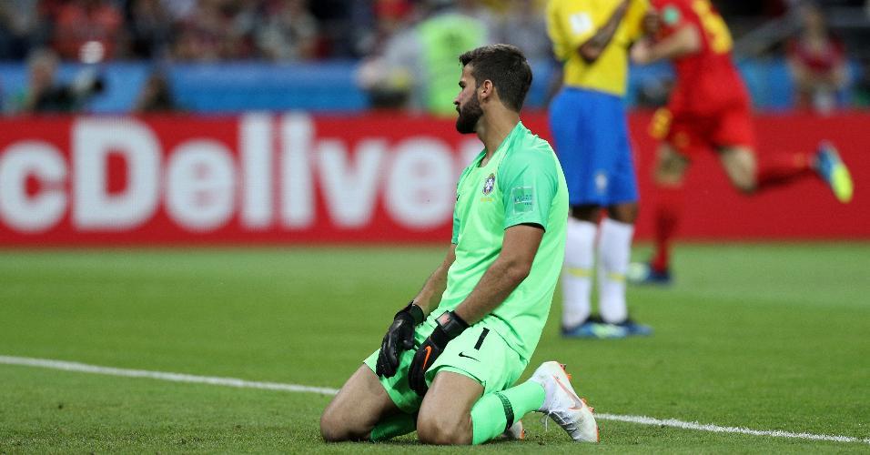 Alisson observa o gol após Kevin De Bruyne marcar o segundo tento da Bélgica