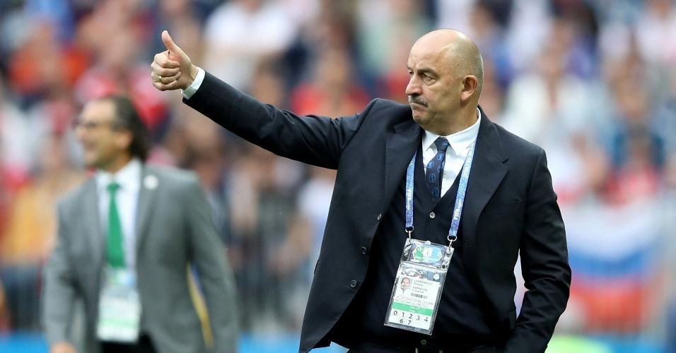 Técnico da Rússia, Stanislav Cherchesov orienta equipe em jogo contra Arábia Saudita