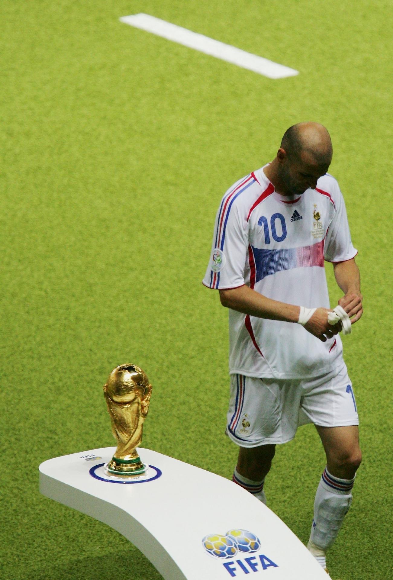 35057b666fb10 Copa do Mundo 2018  Árbitro da final da Copa de 2006 não viu cabeçada de  Zidane em Materazzi - UOL Copa do Mundo 2018