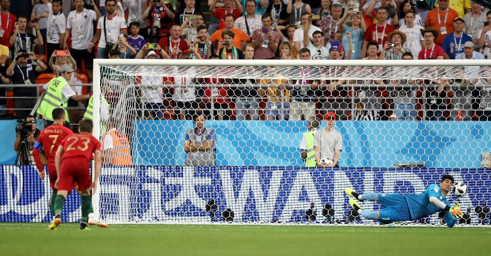 O goleiro do Irã Alireza Beiranvand defende cobrança de pênalti de Cristiano Ronaldo por Portugal