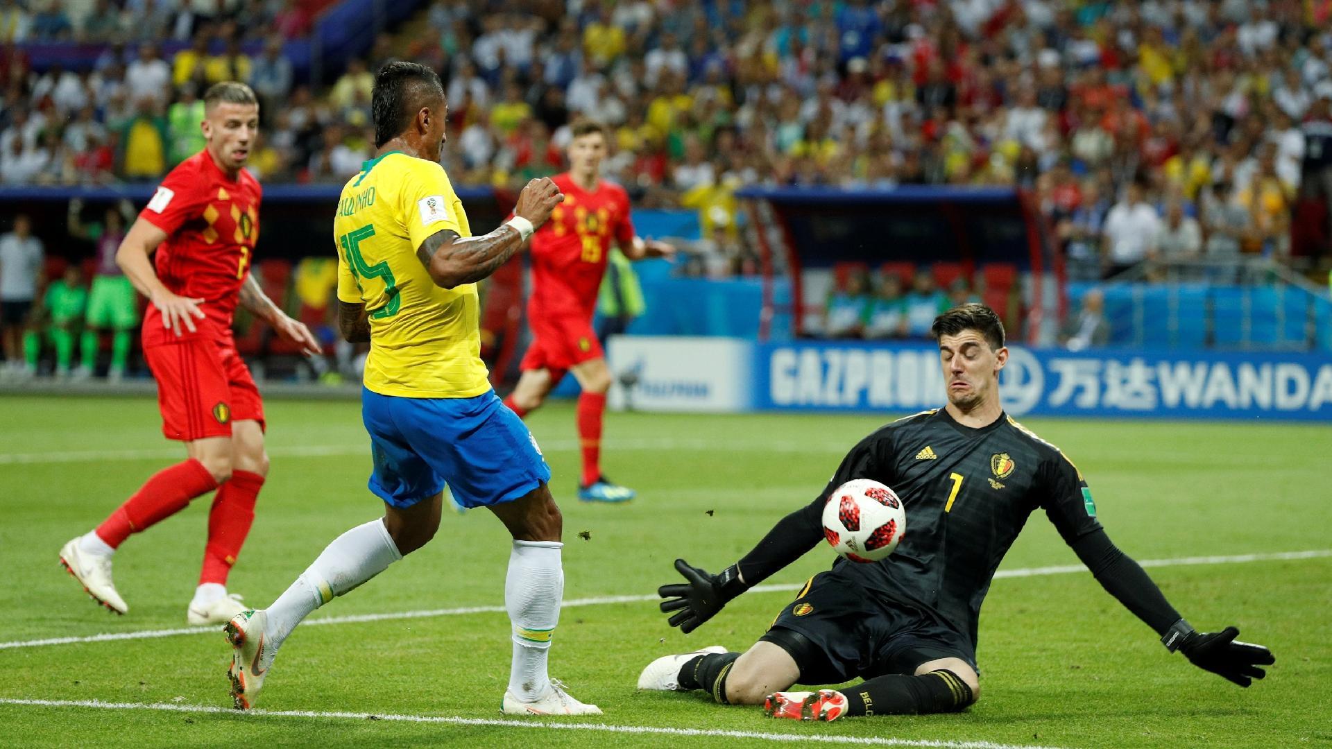Thibaut Courtois defende chute de Paulinho durante o jogo entre Brasil e Bélgica
