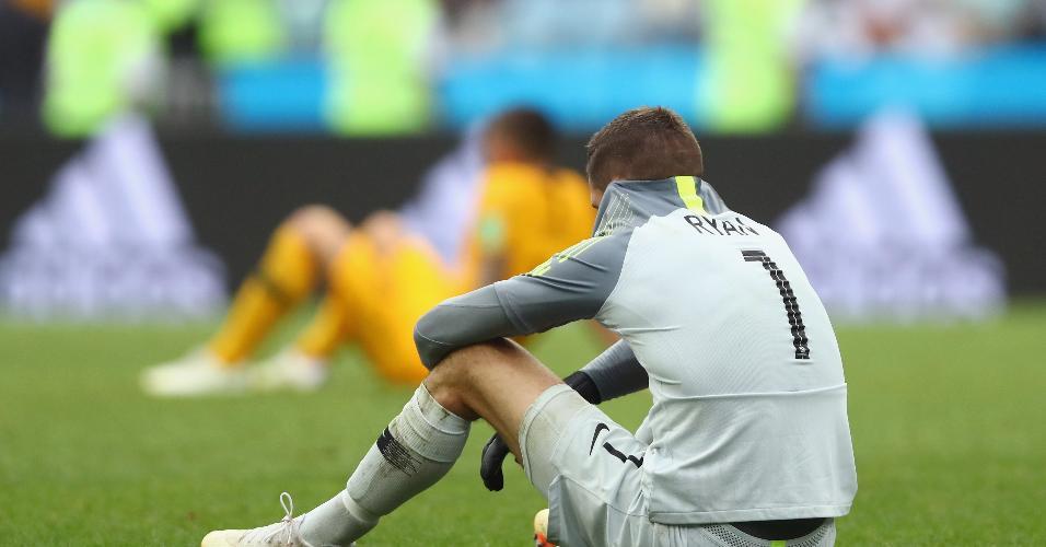 O goleiro australiano Matthew Ryan sentado em campo após partida contra o Peru