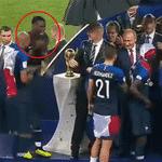 Paul Pogba dança em frente à taça durante a cerimônia de premiação da Copa do Mundo - Reprodução de TV