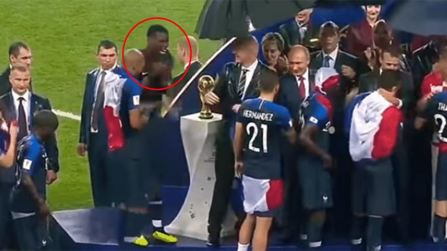 Paul Pogba dança em frente à taça durante a cerimônia de premiação da Copa do Mundo