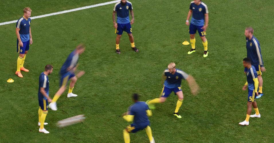 Jogadores da Suécia fazem exercícios em campo antes de jogo contra seleção inglesa