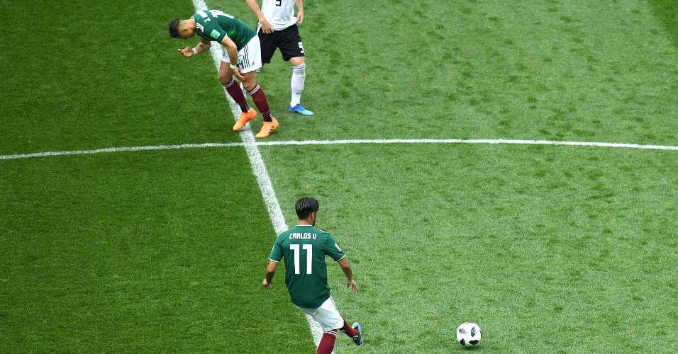 Carlos Vela, da seleção do México, dá o chute inicial para o duelo com a Alemanha