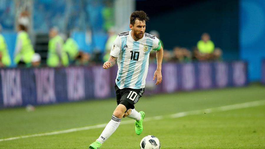 Lionel Messi domina a bola durante o jogo entre Argentina e Nigéria - Alex Livesey/Getty Images