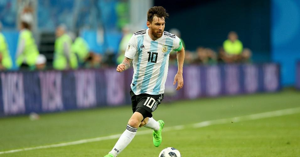 Lionel Messi domina a bola durante o jogo entre Argentina e Nigéria