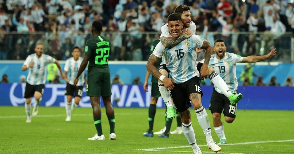Marcos Rojo é agarrado por Messi após gol da Argentina contra a Nigéria