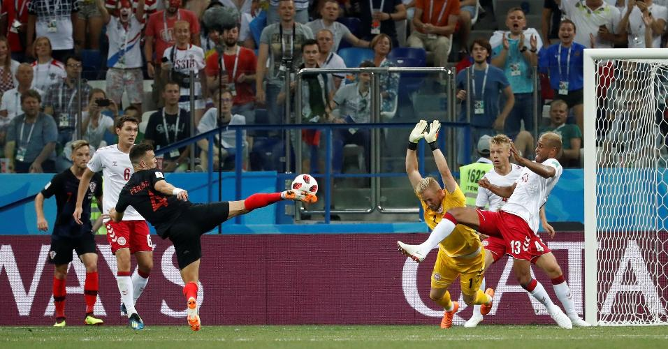 Ivan Perisic, da Croácia, se ajeita para dar chute em jogo contra a Dinamarca