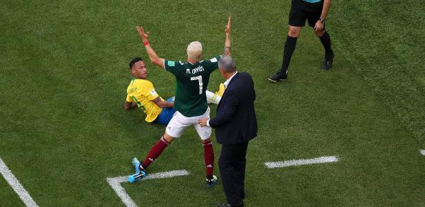 Layún e Neymar se estranharam à beira do campo na partida entre Brasil e México