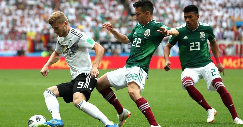 Timo Werner, da seleção da Alemanha, carrega bola e é marcado por Hirving Lozano e Jesus Gallardo, do México