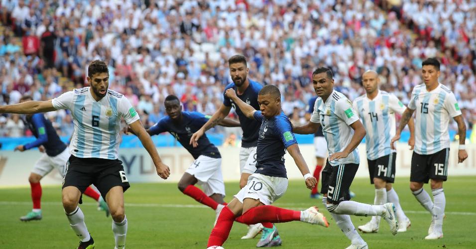 Mbappé invade a área e chuta para fazer o 3º e colocar a França na frente contra a Argentina