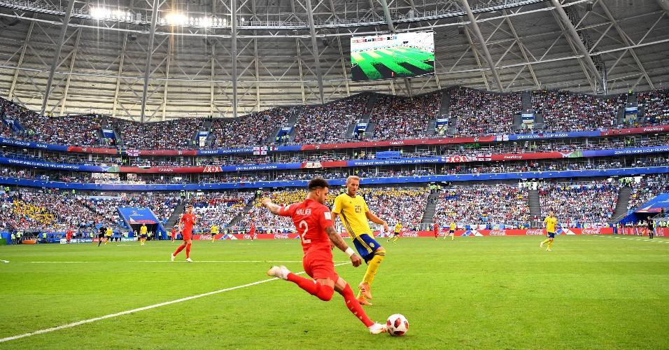 Kyle Walker, da Inglaterra, chuta a bola no duelo contra a Suécia