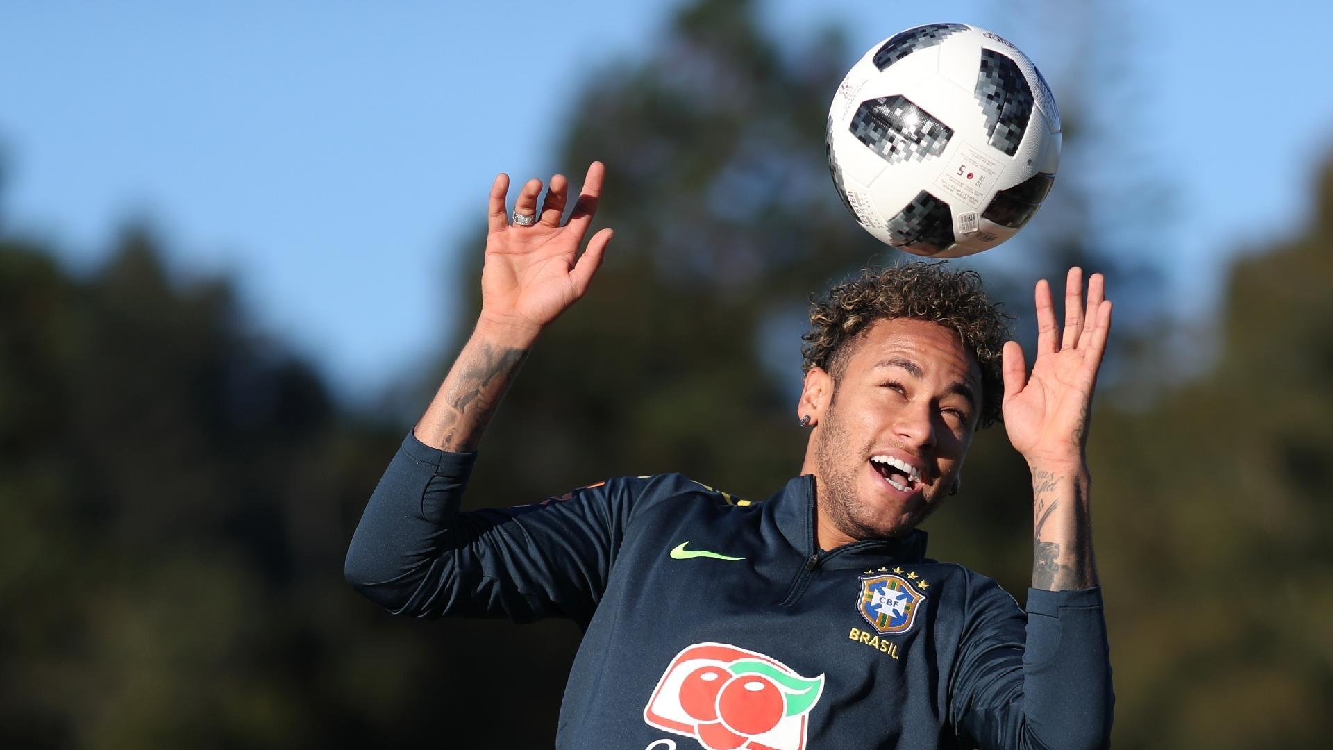 Neymar brinca com a bola durante treino da seleção brasileira