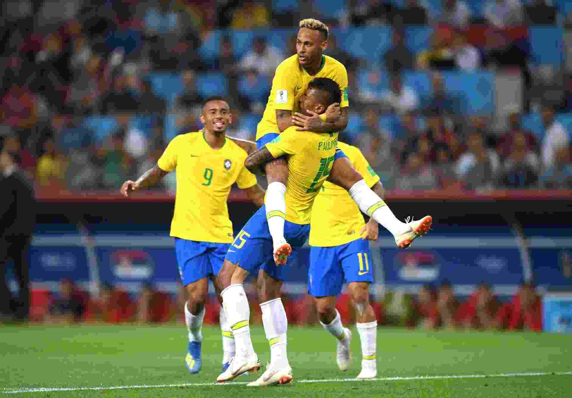 Neymar abraça Paulinho em comemoração após o gol do Brasil contra a Sérvia - Stu Forster/Getty Images