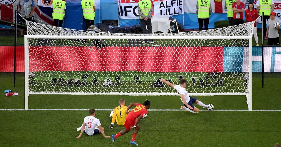 Torcida da Inglaterra observa corte em cima da linha de Gary Cahill, que evitou um gol da Bélgica